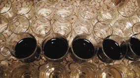 Stäng sig upp av exponeringsglas av vin på en tabell under en vinavsmakning arkivfilmer