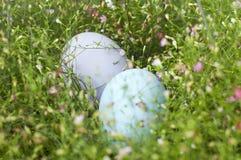 Stäng sig upp av färgrika påskägg i Gypsophilabakgrund Fotografering för Bildbyråer