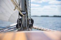 Stäng sig upp av färgrika rep på en segelbåt arkivfoto