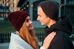 Stäng sig upp av förälskat tyckande om romantiskt ögonblick för sinnliga unga par tillsammans utomhus i vinterafton royaltyfri fotografi