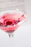 Stäng sig upp av förälskelse som märker i ett rosa coctailexponeringsglas Royaltyfria Bilder