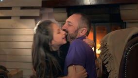 Stäng sig upp av fader med hans trevliga lilla flicka som har gyckel i hemaftonen stock video