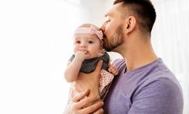 Stäng sig upp av fader som kyssande små behandla som ett barn dottern fotografering för bildbyråer