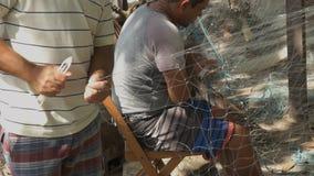 Stäng sig upp av fiskare som att laga förtjänar i Rio de Janeiro stock video
