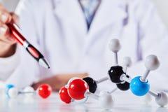 Stäng sig upp av forskare med molekylära modeller arkivbild