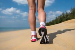 Stäng sig upp av fot av en löparespring i strandutbildningen för maraton Royaltyfria Foton