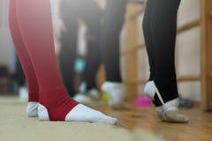 Stäng sig upp av fot av ung gymnaststräckning arkivbild
