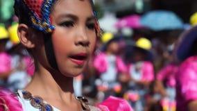 Stäng sig upp av framsidor av folk och kulturella dansare i kokosnötdräktdans längs gatorna för att fira skyddshelgonet lager videofilmer
