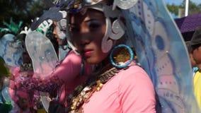 Stäng sig upp av framsidor av folk och kulturella dansare i kokosnötdräktdans längs gatorna för att fira skyddshelgonet arkivfilmer