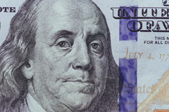 Stäng sig upp av Franklin på 100 dollar räkning Fotografering för Bildbyråer