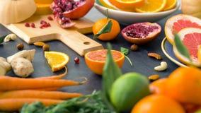 Stäng sig upp av frukter, muttrar och grönsaker på tabellen stock video