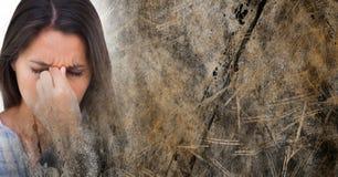Stäng sig upp av frustrerad kvinna och bryna grungeövergången Arkivfoton