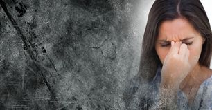 Stäng sig upp av frustrerad kvinna- och grå färggrungeövergång Royaltyfri Fotografi