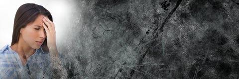 Stäng sig upp av frustrerad kvinna- och grå färggrungeövergång Arkivbild