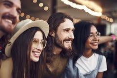 Stäng sig upp av fyra personer som ler och ser in i avståndet royaltyfria bilder