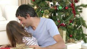 Stäng sig upp av gåvor för fader- och dotteröppningsjul lager videofilmer