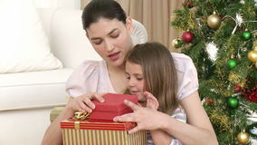 Stäng sig upp av gåvor för moder- och dotteröppningsjul arkivfilmer