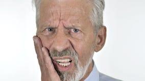 Stäng sig upp av gamal man med tandvärk arkivfilmer