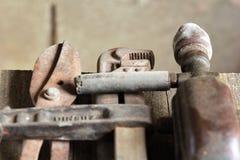 Stäng sig upp av gamla använda rostiga hjälpmedel på trätabellen arkivfoton