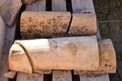 Stäng sig upp av gamla rader för taktegelplattor itu, och alla tegelplattor är brutna De forntida tegelplattorna befläckas med da royaltyfria bilder
