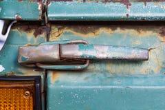 Stäng sig upp av gammal rostig bildörr Royaltyfri Fotografi