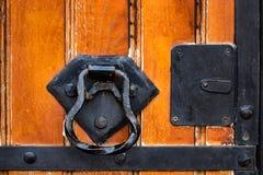 Stäng sig upp av gammal trädörr med metallgarnering arkivfoton