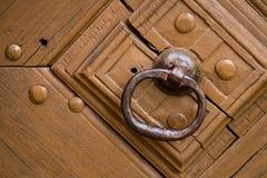 Stäng sig upp av gammal trädörr med metallgarnering royaltyfri fotografi