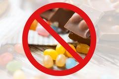 Stäng sig upp av godisar och choklad bak inget symbol royaltyfri fotografi