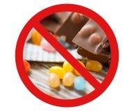 Stäng sig upp av godisar och choklad bak inget symbol Arkivfoton