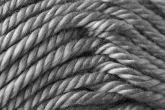 Stäng sig upp av grått rep som textur av den synthethic fiberbollen av ull royaltyfri foto