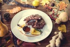 Stäng sig upp av grillade grisköttstöd med citronen, sås Royaltyfria Bilder