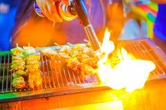Stäng sig upp av grillat i en grillfest på brand Grillfestgaller med v fotografering för bildbyråer