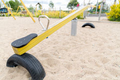 Stäng sig upp av gunga eller teeterboard på lekplats Royaltyfri Bild