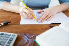 Stäng sig upp av händer med linjal- och blyertspennateckningen royaltyfria bilder