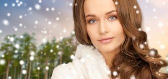 Stäng sig upp av härlig kvinna över vinterskog royaltyfri foto