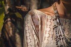 Stäng sig upp av härlig ung stilfull kvinna i elegant klänning arkivbild