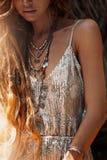 Stäng sig upp av härlig ung stilfull kvinna i elegant klänning royaltyfri bild