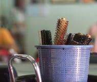 Stäng sig upp av hårkammar i korg på salongen Royaltyfri Bild