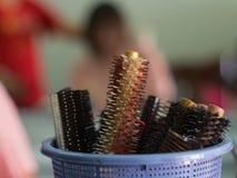 Stäng sig upp av hårkammar i korg på salongen Royaltyfri Foto