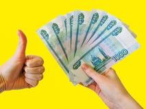St?ng sig upp av h?g av sedlar f?r rysk federation Bakgrund med pengar Ryska pengar isoleras p? en gul bakgrund arkivbild
