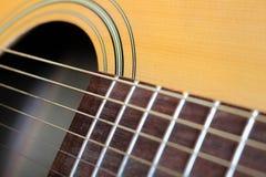 Stäng sig upp av hals och rader av gitarren Royaltyfri Bild