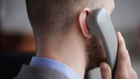 Stäng sig upp av head kalla för affärsman på telefonen lager videofilmer