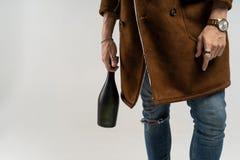 Stäng sig upp av hipsterman i ett brunt omslag och jeans royaltyfri bild