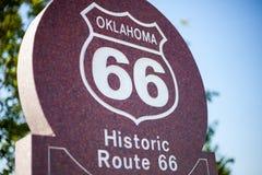 Stäng sig upp av historisk rutt 66 undertecknar in Oklahoma royaltyfria foton