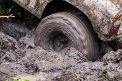 Stäng sig upp av hjulet som fick fastnat i bilsmuts Fotografering för Bildbyråer