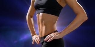 Stäng sig upp av idrotts- kvinnlig abs i sportswear Fotografering för Bildbyråer
