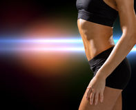 Stäng sig upp av idrotts- kvinnlig abs i sportswear Royaltyfri Fotografi