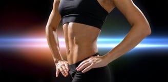 Stäng sig upp av idrotts- kvinnlig abs i sportswear royaltyfri foto