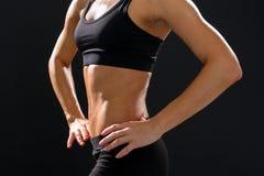 Stäng sig upp av idrotts- kvinnlig abs i sportswear Arkivbild