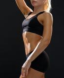 Stäng sig upp av idrotts- kvinnlig abs i sportswear Arkivfoto